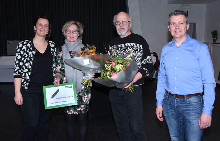 Het Sint Claracollege kreeg de Groene Pluim. V.l.n.r.: Kim Buyst (kandidaat voor het federaal parlement op de tweede plaats), Kathy De Jong van het Sint Claracollege, Jan Heesters van Wamp en Neten en Tom Claessen (Groen Arendonk).