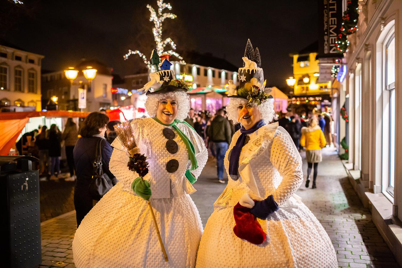 Deze als sneeuwpoppen verkleedde dames droegen eerder bij aan de kerstsfeer.
