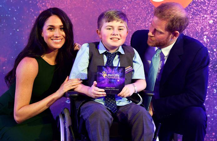 Harry en Meghan met William Magee, die een award won bij de WellChild Awards.