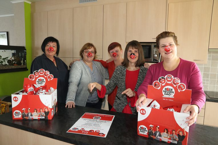 Annemie Delerue, Isabelle Platteeuw, Nathalie en Cindy Gouwy en Katleen Van Landschoot zamelen geld in voor de Rode Neuzen Dag.