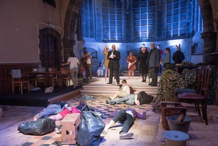Theater Stam speelde in de oude kapel onlangs het toneelstuk 'Aangespoelden'.