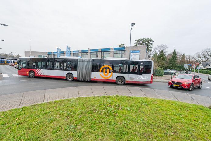 Bussen van lijn 77 blokkeren de rotonde bij station Bilthoven