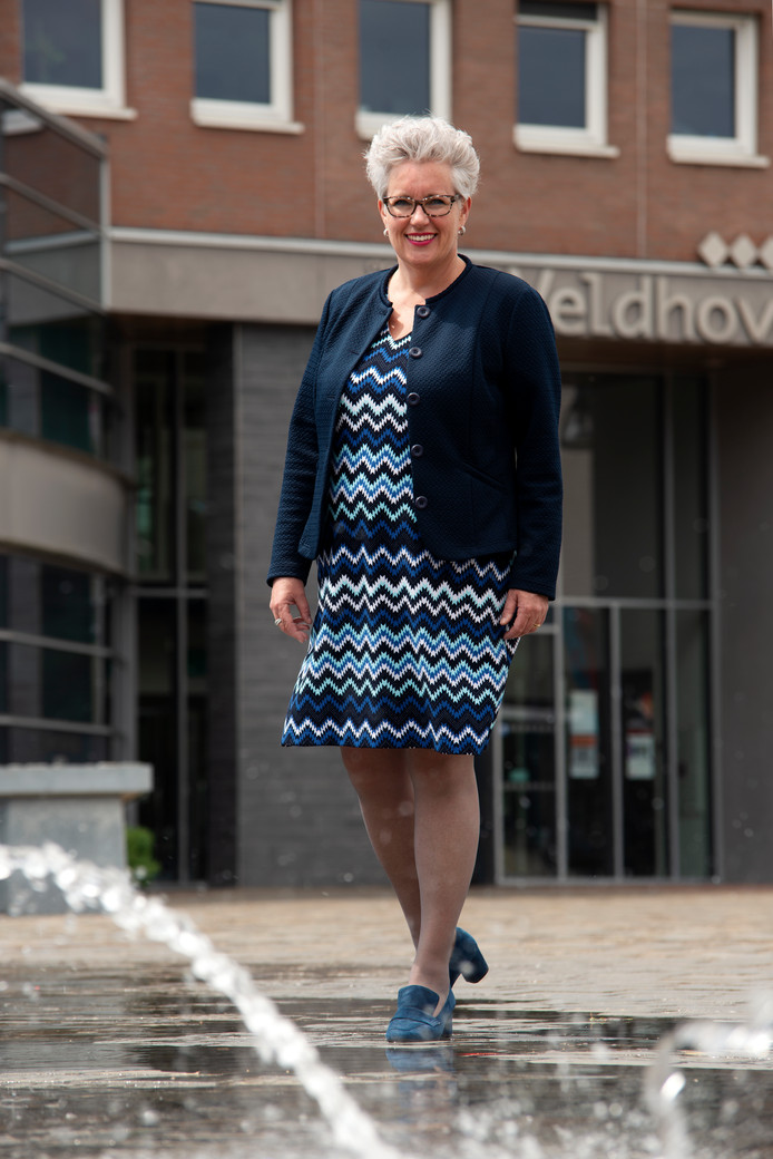 Wethouder Mariënne van Dongen voor het Veldhovense gemeentehuis.