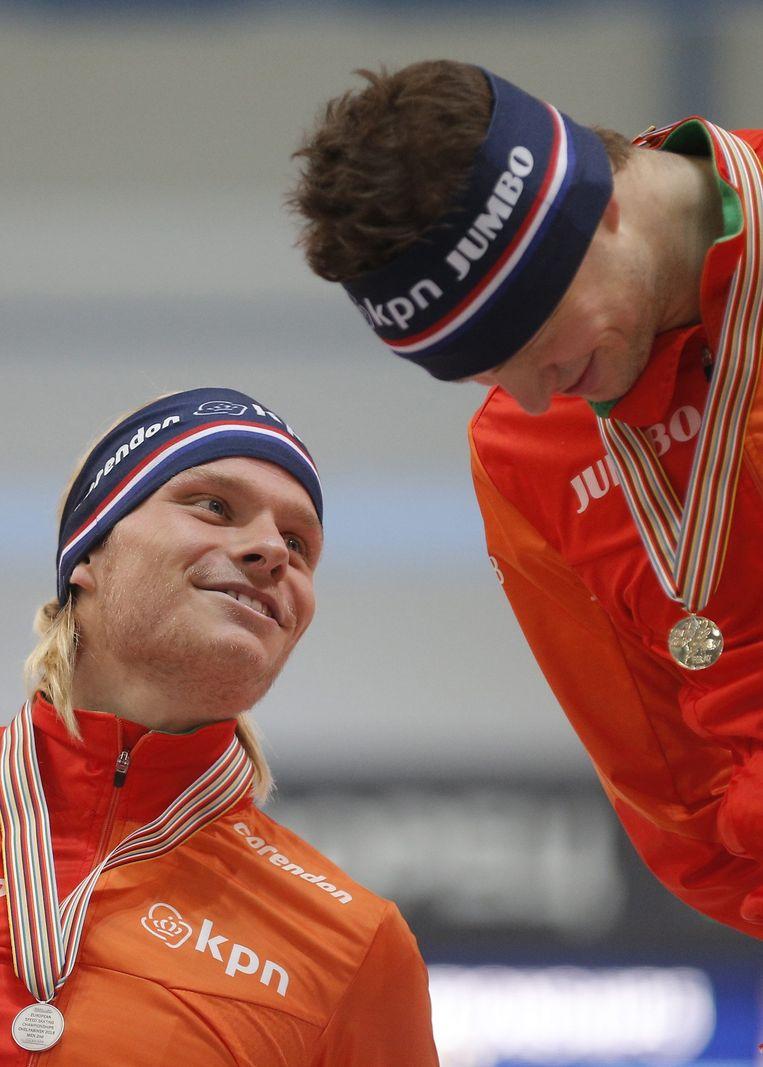 Sven Kramer, de winnaar van 2015, verstaat zich met Koen Verweij, de nummer twee. Beeld EPA