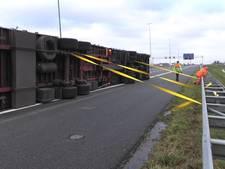Vrachtwagens waaien om, storm zorgt voor veel schade en overlast