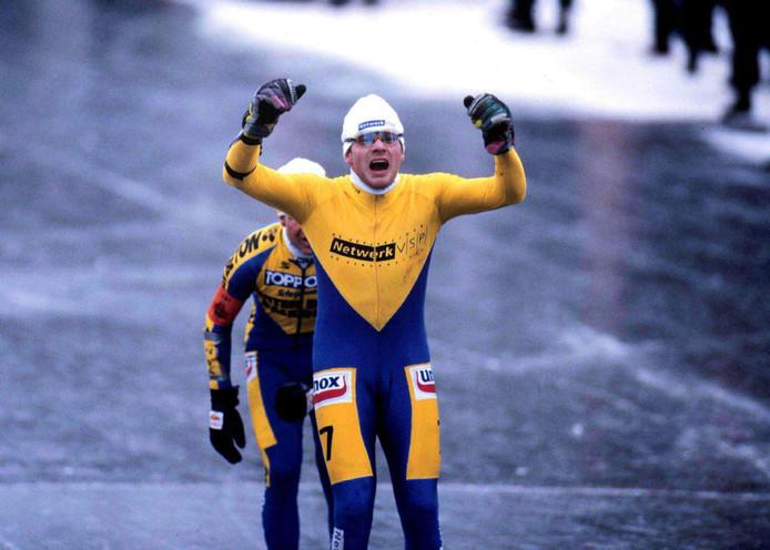 Henk Angenent wint in 1997 de Elfstedentocht.