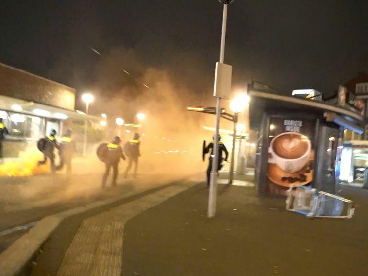 Politie zet traangas in tegen jongeren die plunderend en slopend door Rotterdam-Zuid trekken