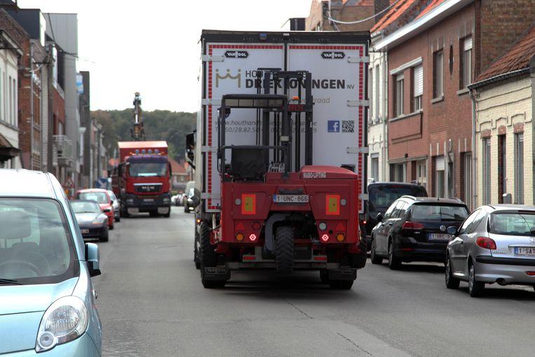 Zwaar vrachtverkeer baant zich een weg door het centrum van Maldegem.