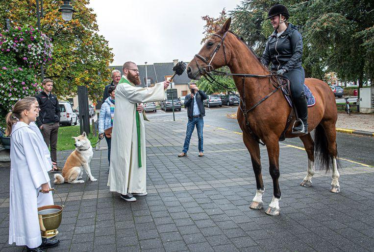 Dit paard werd door pastoor Matthias Noë gezegend aan de Heilige Familiekerk.