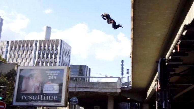 Deze jongeman doet aan freerunning, hij springt daarbij over en langs verschillende obstakels.