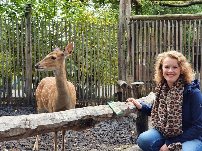 Judith Koop in de dierentuin bij een sikahert.