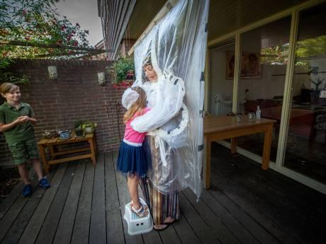 Mary (69) knuffelt de kleinkinderen door een plastic scherm, nu mist ze alleen hun geur nog