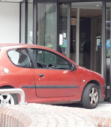 Man die met auto op stadhuis knalde heeft 'persoonlijke problemen'