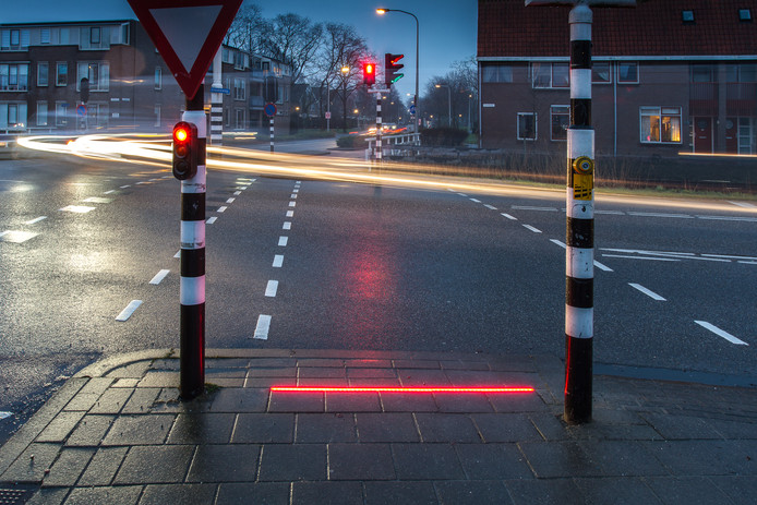 LED-strip in trottoir bij oversteekplaats Bodegraven - Foto: Edwin Bruining