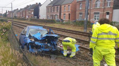 Wagen valt stil op sporen: bestuurster kan net voor aanrijding met trein uit auto springen