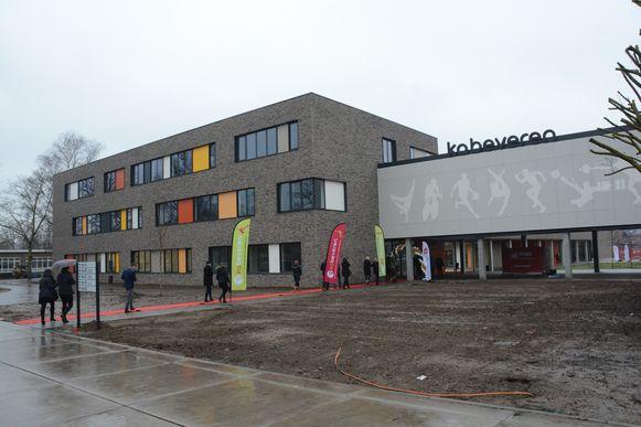 Met de bouw van de nieuwe vleugel is er ook een nieuwe hoofdtoegang van de school.
