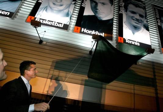 Richard Krajicek onthult in 2003 een portret van Tom Okker. De wand van het Kennemer Sportcenter in Haarlem is voorzien van een galerij met afbeeldingen van elf bekende sporthelden die uit Haarlem komen of gesport hebben bij een vereniging uit die stad. De panelen zijn ruim 4 meter hoog en 2 meter breed.