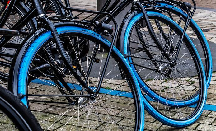 Blauwe voorwielen aan de Vijfsprong. In een blauw kortparkeren-vak.