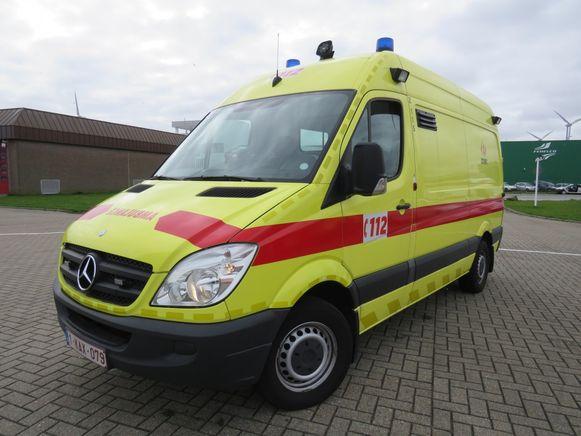 Een ambulance bracht de man naar het ziekenhuis.
