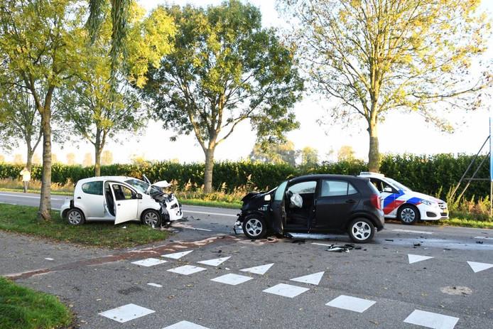 De auto's botsten frontaal op elkaar op de Postweg in Tholen.