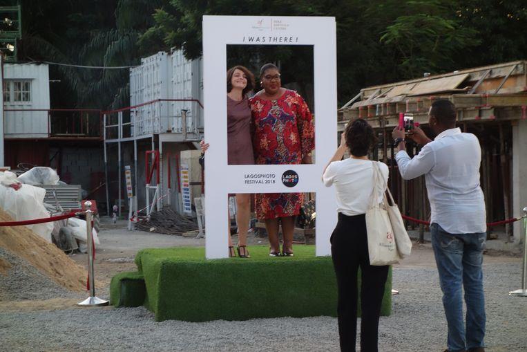 Bezoekers van LagosPhoto fotograferen elkaar bij de Alliance Française. Beeld wb