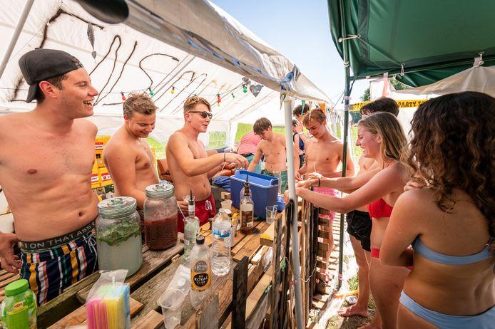 Op de uiterwaarden tussen het pontje naar Maasbommel  en de dijk richting  Megen vindt in de uiterwaarden een festivalletje plaats. Compleet met een zelf gebouwde cocktailbar.