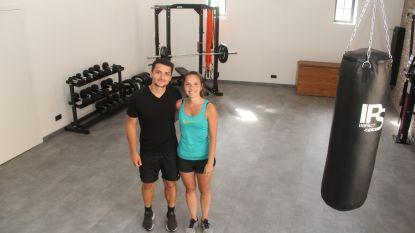 """Eline (27) en Aron (29) laten je kracht van sporten ervaren in 'Sportschuur': """"Maar we zijn geen fitness"""""""