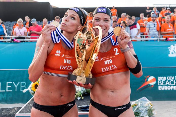 Regerend Europees kampioenen Sanne Keizer (links) en Madelein Meppelink zijn dé publiekstrekkers tijdens de DELA Eredivisie Beach in Zutphen.