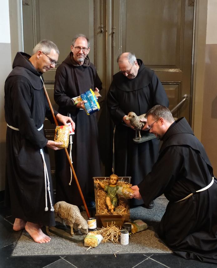 De broeders van San Damiano poseren alvast voor hun inzamelingsactie voor de Voedselbank.