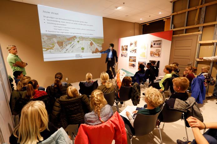 De leerlingen van de Maassluise basisschool het Balkon luisteren aandachtig naar de woorden van dijkgraaf Piet-Hein Daverveldt.