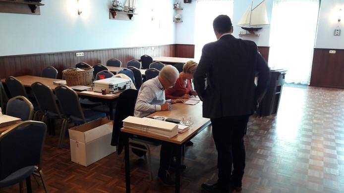 Op het stembureau in Heteren kwamen het eerste uur al ruim zestig stemmers opdagen.