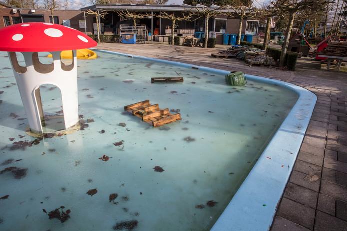 Het zwembadje van speeltuin de Kievit in Nuenen raakte beschadigd door vandalisme.