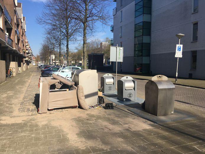 Op sommige plekken in Breda wordt grofvuil bij ondergrondse containers voor restafval gezet, zoals hier in de Middellaan. Maar volgens de gemeente gebeurt dan nu niet meer of minder dan anders.