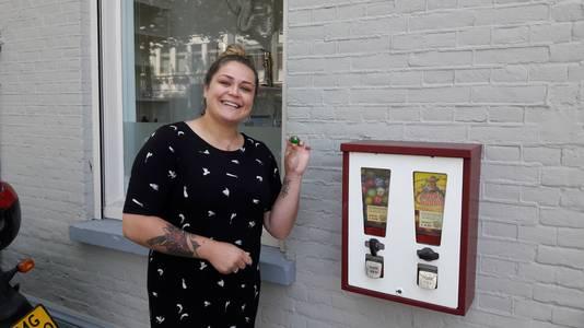 Lucky Zchussen bij de kauwgomballenautomaat in de Sophiastraat in Breda