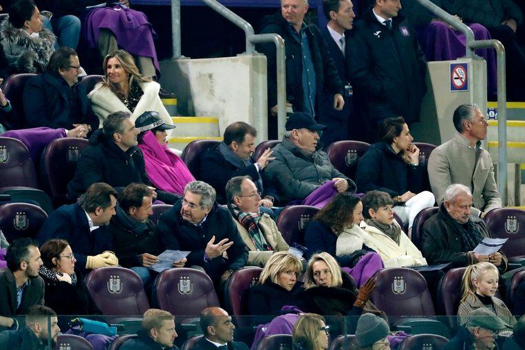 Bayat werd zondag omgeven door Anderlecht-kopstukken. Hij zat naast bestuurder Etienne Davignon. Iets verder bevond zich Michael Verschueren en een rijtje hoger zien we Marc Coucke.