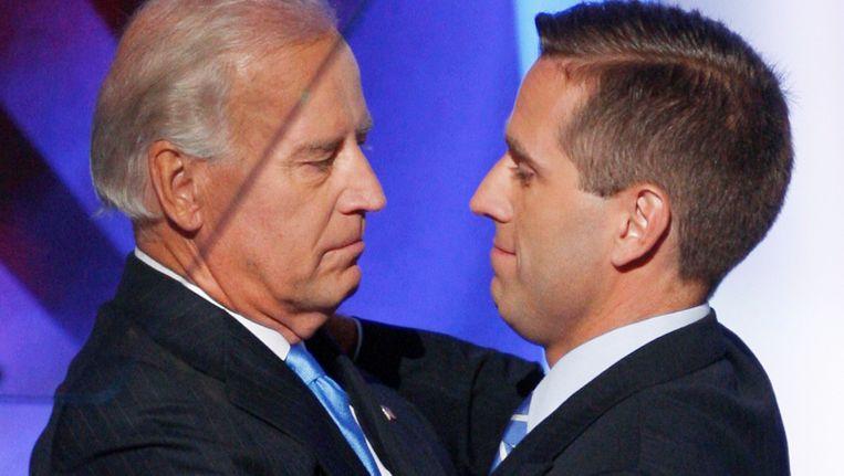 Joe Biden (links) en zijn zoon Beau. Beeld REUTERS