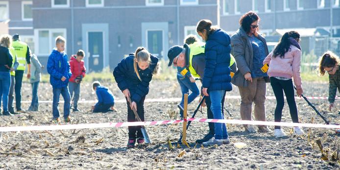 Leerlingen zochten met een metaaldetector naar 'schatten' bij het Burgtsepad in Boekel.