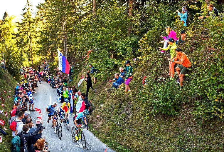 De Canadees Michael Woods (lichtblauw) kijkt achterom, zoekt Romain Bardet en Alejandro Valverde die hem achtervolgen op de 'Hel van Höll', een helling met een stijgingspercentage van soms wel 28 procent. Beeld Klaas Jan van der Weij / de Volkskrant