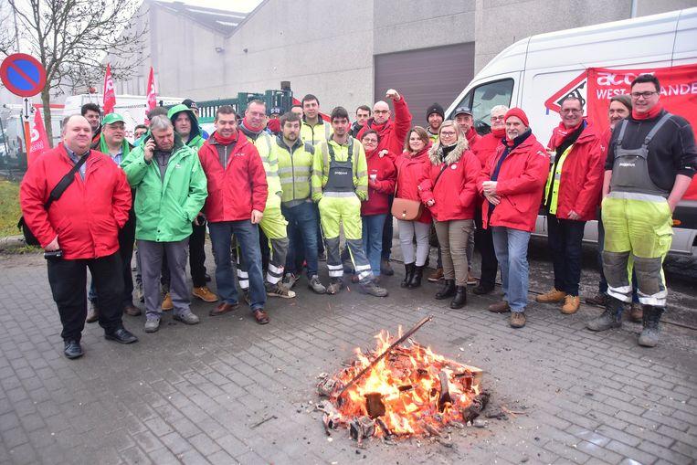 Personeel en vakbondsmilitanten voerden actie aan het distributiecentrum van Proximus in Gullegem.