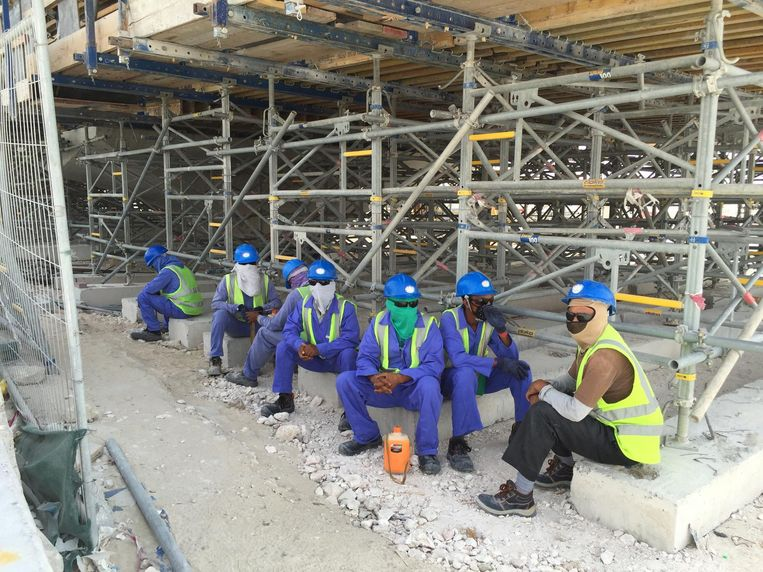 Workers on a construction site along the highway between Al Khor and Doha. Beeld afp