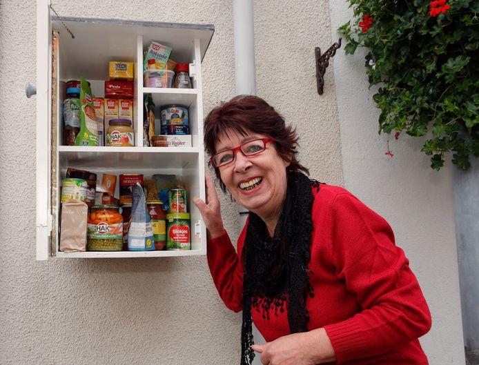 Anneke Rotmans heeft een voedselkastje opgehangen bij haar huis.