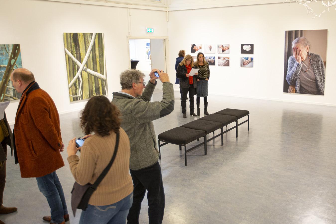 Bezoekers van de expositie.