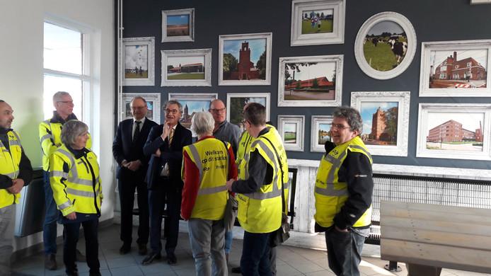 Burgemeester Jan Boelhouwer met NS-topman Roger van Boxtel in de wachtruimte van het stationsgebouw in Rijen. Boelhouwer verwacht dat zeker twintig kandidaten op zijn functie reflecteren.