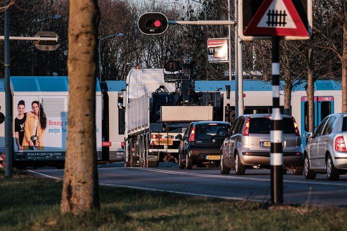 De spoorwegovergang op de Europaweg.