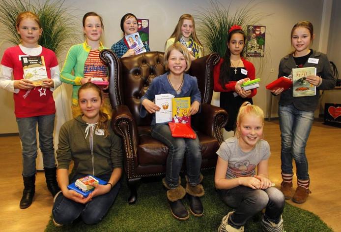 Winnares Swaan Noorlander op de stoel tussen de Veluwse deelnemers.foto Cees Baars