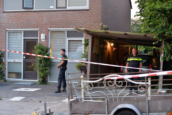 Over de doodsoorzaak doet de politie nog geen mededelingen. Rond de woning zijn linten aangebracht in verband met het onderzoek.
