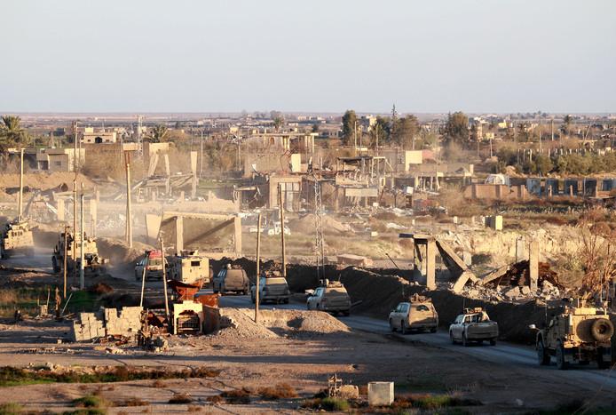 Legervoertuigen van de Verenigde Staten steunen de Syrische Democratische Strijdkrachten (SDF) in Hajin tijdens het gevecht om het laatste stukje IS-kalifaat.