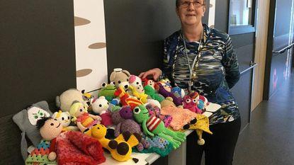 Annie (60) maakt knuffelpopjes voor zieke kindjes