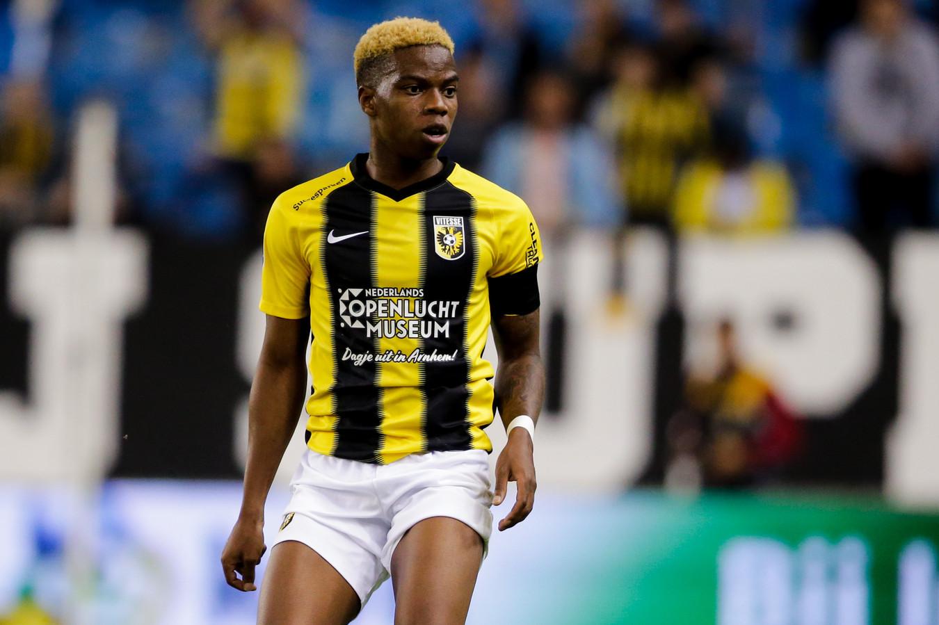 Charly Musonda in het duel met PEC Zwolle. De Belg kampt opnieuw met knieklachten.