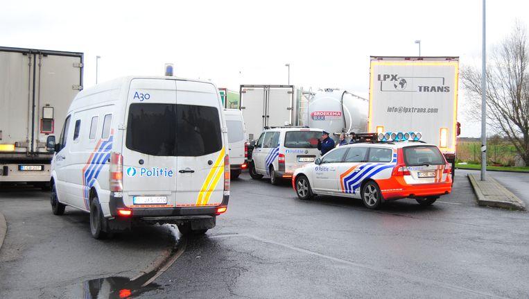 Archiefbeeld van een politieactie op de parking aan de E40 in Mannekensvere.